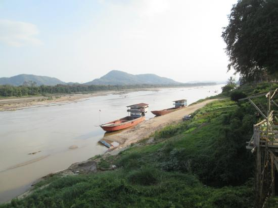 Pak-Lay, ลาว: View south down the Mekong from common room.