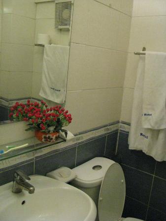 Blue Moon Hotel: Ванная комната небольшая, но всё есть