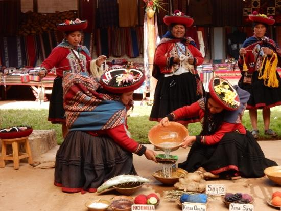 Sacred Valley, Περού: cleaning the yarn