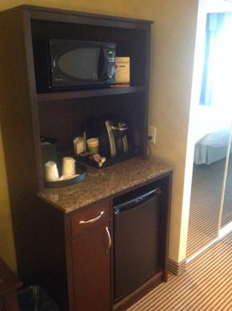 Hilton Garden Inn Toronto Airport West/Mississauga: microwave, coffee maker and fridge
