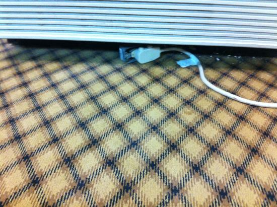 Americas Best Value Inn - Corpus Christi North/Airport: unsafe plugs wires everywhere in arcade area