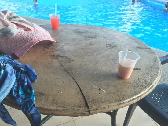 Hotel Isla Caribe: MESAS SUCIAS Y ROTAS