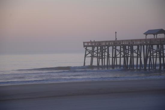 Beachside Motel: Early morning view of pier beside motel
