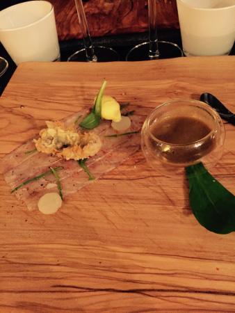 Tagliere In Legno Con Pesce Crostaceo E Mini Molto Assaggio Di Zuppa Di Pesce Picture Of