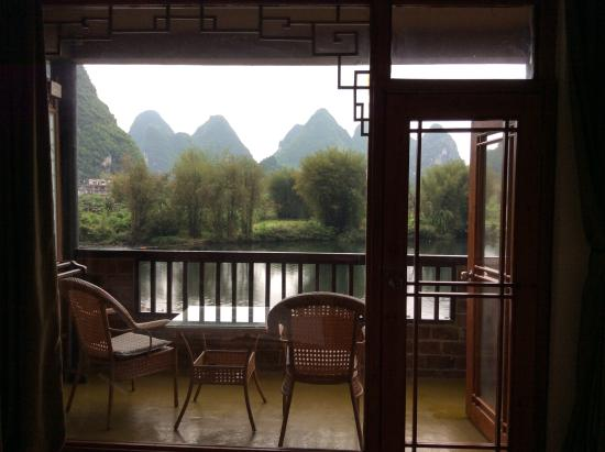 ‪‪Yangshuo Mountain Retreat‬: Patio and huge picture window‬