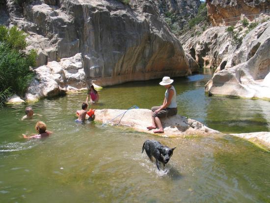 Fontcalda fotograf a de santuario de la fontcalda for Piscinas naturales horta de sant joan