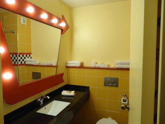 De badkamer - Picture of Disney\'s Hotel Santa Fe, Coupvray - TripAdvisor