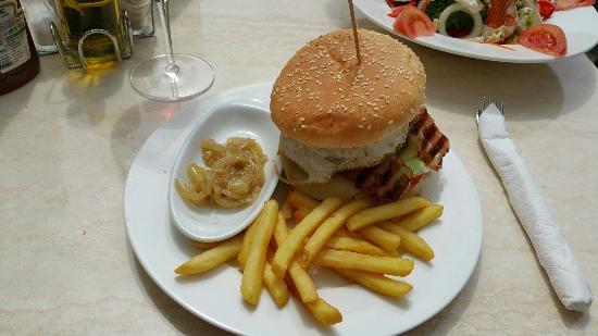 Plaça Restaurant: En terasse à midi . Très agréable