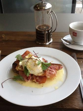 Brew Brothers: Egg(s) Benedict and Colombian Arabica Coffee - Yum!