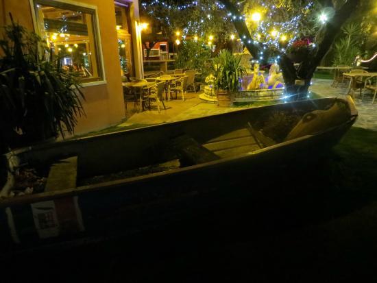 Al Cardellino: Barca in giardino