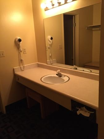 Royal Plaza Inn: vanity outside the bathroom