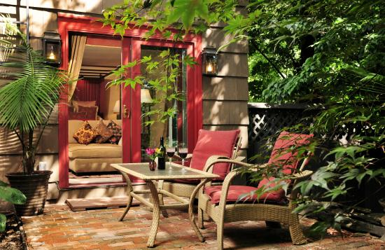 1795 Acorn Inn: Hotchkiss Room Private Brick Patio