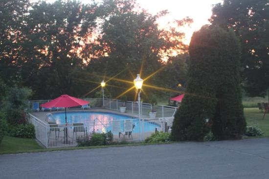 Green Acres Inn : Pool at the evening