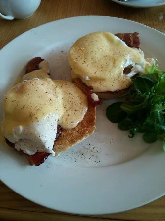 Cafe 76: Eggs Benedict. Fab!