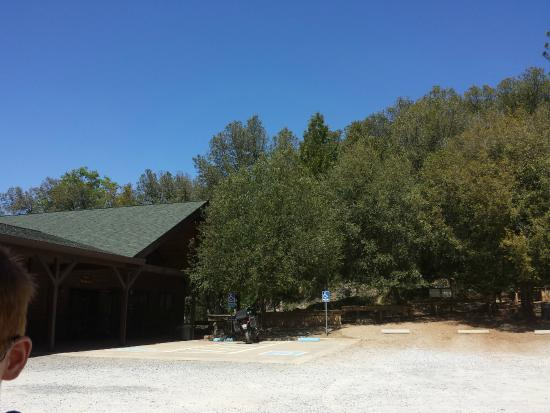 Black Chasm Cavern : Parking lot and Visitor Centre