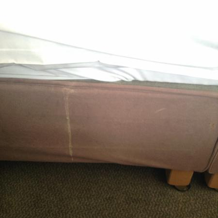 Maldron Hotel Portlaoise: Room was filthy. Base of bed had stains that looked like vomit that wasn't cleaned up.