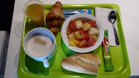 Ibis Budget Lisieux: Un p'tit déjeuner simpleet de qualité avec une salade de fruits frais...