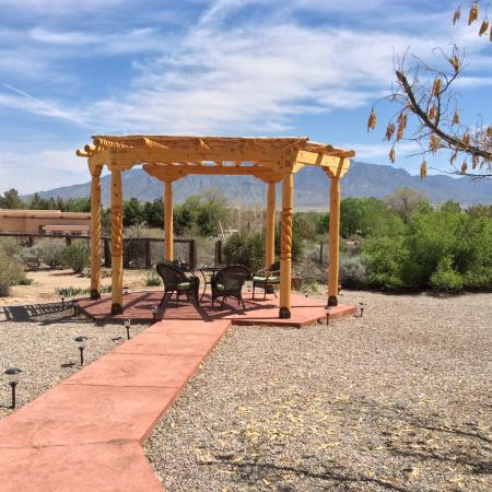 Corrales, Nuevo Mexico: Gazebo for wine in the evenings.