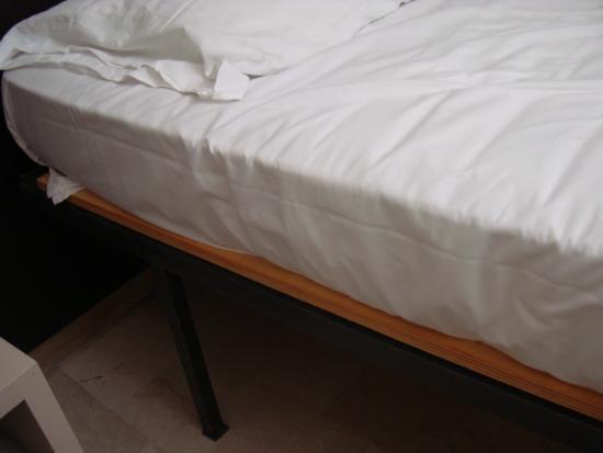 Auto Park Hotel: Letti scomodissimi, con sotto i materassi una lastra di legno!!! Incredibile!