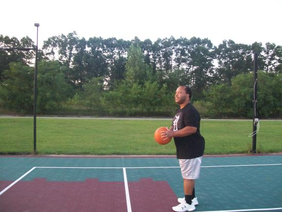 Holiday Inn Express Hotel & Suites Grand Rapids Airport: shooting hoops out back