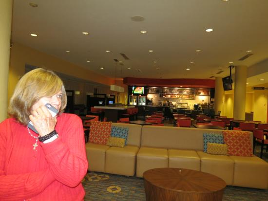 Courtyard Fort Lauderdale Airport & Cruise Port: Lobby y Le bistro al fondo