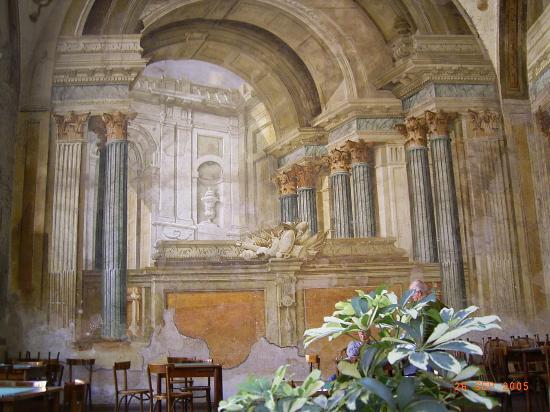 Hotel Delle Palme : Restaurant in ruins of a church in Sorrento