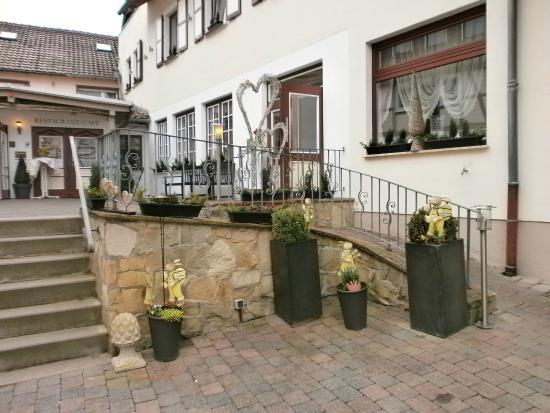 Landhotel Kern: opgang en zijgevel hotel