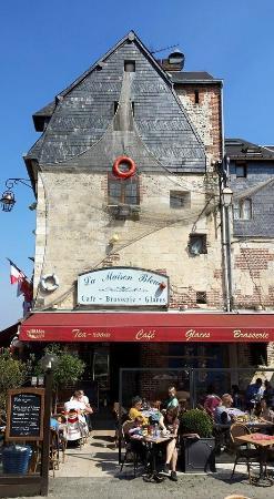 La Maison Bleue: Une place de choix sur Le Vieux Bassin de Honfleur.