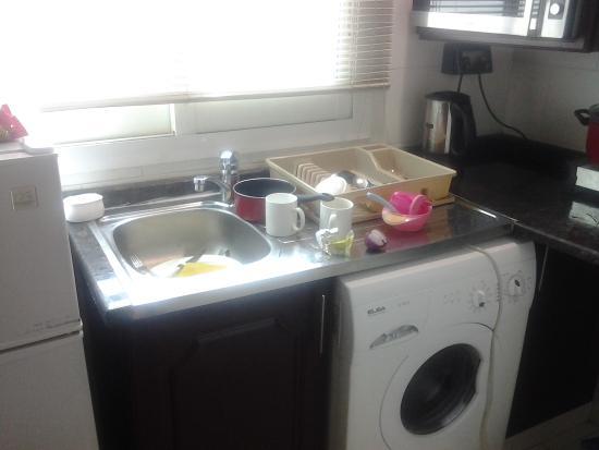 Asfar Hotel Apartment: kitchen