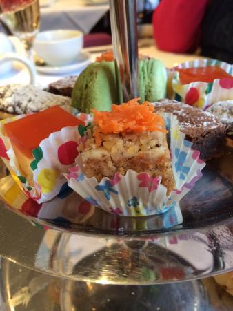 Rose Garden Restaurant: Half a carrot grated on the carrot cake