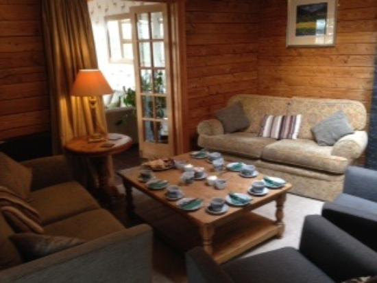 Old Pines Hotel and Restaurant: Afternoon tea and homemade scones and cookies in a warm and comfortable room.
