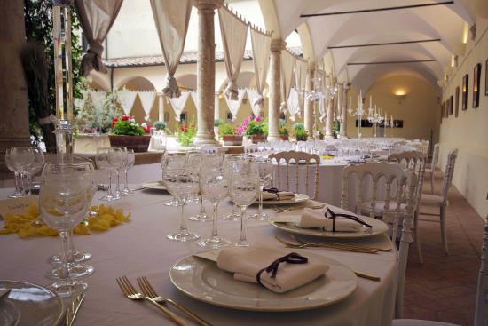 Matrimonio sotto i colonnati del quindicesimo secolo - Picture of La ...