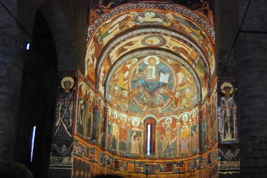 Proyección sobre el ábside - Picture of Esglesia de Sant ...