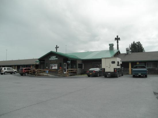 Totem Inn Restaurant: Front of restaurant/motel