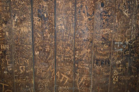 Marysville House Bar & Restaurant: Small sample of the walls in the dining room.