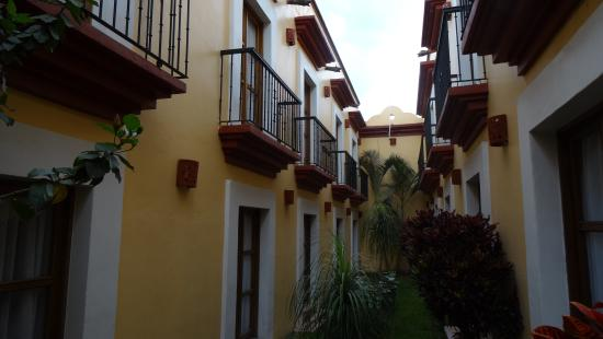 Hotel Abu: Rooms on the second floor have balconies which overlook the garden