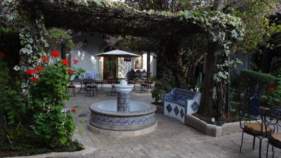 Sombra del Agua Hotel San Cristobal: Fountain area in courtyard