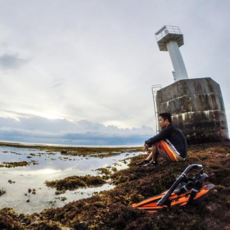 Bontay Baywalk: The lighthouse at low tide.