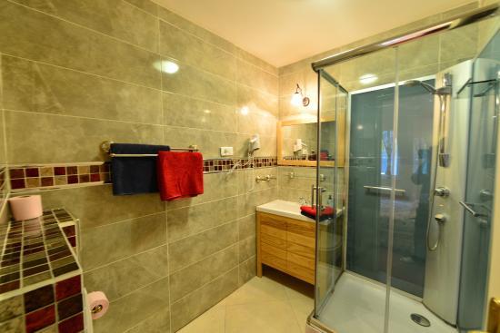 Au Pied Du Chateau: Salle de bains NATACHA