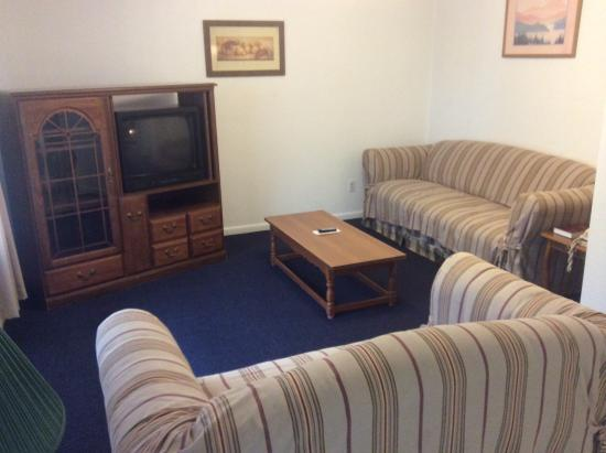 Hunter House Inn & Suites: TV room, living room