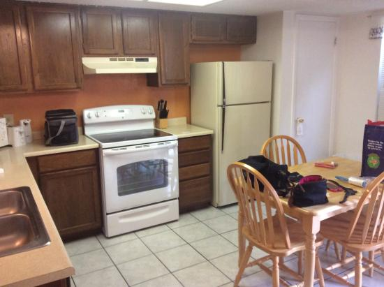 Hunter House Inn & Suites: Full kitchen