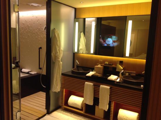 Design meme dans SdB - Picture of The Ritz-Carlton, Kyoto, Nakagyo ...