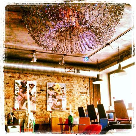 YZY Bar: Необычное и в тоже время уютное оформление.