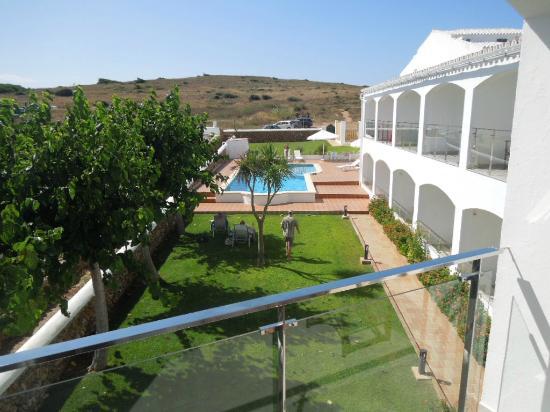 Hostal La Palma: Garden and pool. Car park at far end of garden.