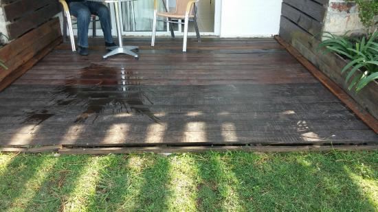 Tio Tom Beach : Deck del fondo en mal estado, habían maderas sueltas con clavos salidos