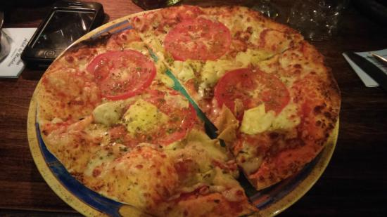 Arbol de Montalvo Restaurant: wood-fired pizza with artichokes
