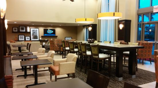 Hampton Inn & Suites Destin : lobby/ dining area