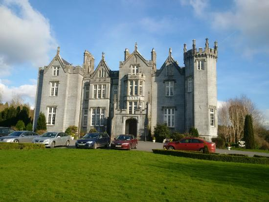 Giltraps Townhouse & Glamping: Nearby Kinnitty Castle with Wonderful Lunches/Dinners
