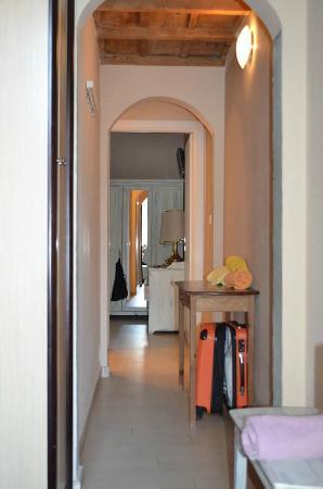Soggiorno Pezzati Daniela: Hallway Leading to Bedroom