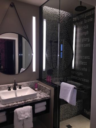 The Cromwell: Hotel bathroom